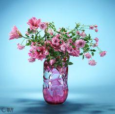 八重の珍しいゆり、独特の色合いのばら、優しい雰囲気のスイートピー。それぞれのピンク色を意識しながら、春を待ちわびる気持ちをふんわりとしたボリューム感で包みました。花材:ゆり、ばら、スイートピー 花器:自作ガラス花器 Rare eight-layered lily, rose with distinctive color and sweet pea with its tenderness ambience. I pay attention to each pink color and express the feeling of awaiting the arrival of spring in a fluffy volume. Material:Lily, Rose, Sweet pea Container:Self-made glass vase #ikebana #sogetsu