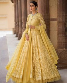 Beautiful Embroidered Anarkali Jacket Gown with beautiful Lehenga skirt. Lindo bordado Anarkali Jacket vestido com linda saia Lehenga. Indian Wedding Gowns, Indian Gowns Dresses, Indian Bridal Outfits, Pakistani Bridal Dresses, Pakistani Dress Design, Indian Designer Outfits, Pakistani Outfits, Designer Dresses, Bridal Anarkali Suits