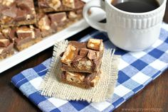 This recipe starts with Pillsbury cookie dough, topped with creamy fudge and candy bars! Pillsbury Cookie Dough, Snickers Bars Recipe, Shugary Sweets, Breakfast Casserole, Cookie Bars, 4 Ingredients, Fudge, Chips, Cookies