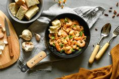 Gambas al ajillo - Blog de Claudia&Julia Tapas, Sausage, Garlic Prawns, Apple Muffins, Pork Loin, Garlic, Pumpkins, Tasty Food Recipes, Appetizers
