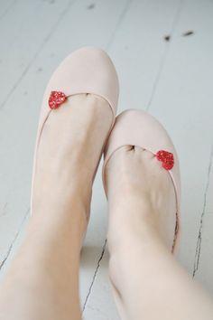 rote Schuhclips Glitzerherzen // red shoe clips glitter hearts via DaWanda.com