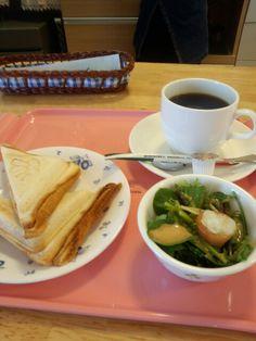 今日のお昼ご飯はホットサンドピザ味と黒豆コーヒーいただいています。