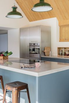 Sustainable Kitchens The Vine House Flat Panelled Oak Cabinets And Island Painted In Little
