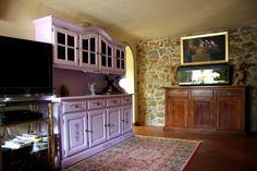 www.mobilificiomaieron.it - 0433775330. soggirono arredato con Credenza 4 ante mobilificio maieron arredi rustici in legno. Credenza verniciata color lilla e decorata