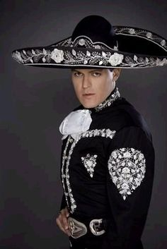 Pedro Fernandez en traje de charro
