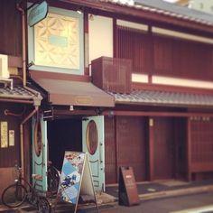 京都でここは外せない!ニューヨークタイムズが絶賛したチョコレート『マリベル』。本店はニューヨークにあり町屋を改装。併設されたカフェでは、パンケーキや旬のチョコレートを使ったメニューが並んでいます。