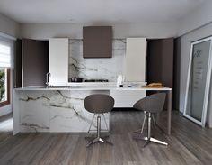 O porcelanato Bianco Paonazzetto é uma reprodução fiel do mármore italiano que pode ser usada em piso, paredes, bancadas e painéis internos, nas texturas natural e polido. Já o porcelanato Deka Intensa é uma reprodução da madeira natural, podendo ser aplicado em piso, paredes, bancadas, painéis e fachadas a partir de réguas nos formatos 20×120. Na Portobello Shop.