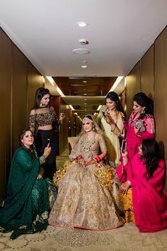 Bridesmaids Goals For The bride, Are Well Expressed By This Bride Squad Brautjungfern Zielfotografie mit der Braut ist ein Muss … Indian Bridesmaid Dresses, Muslim Wedding Dresses, Indian Bridal Outfits, Indian Wedding Bridesmaids, Bridal Poses, Bridal Photoshoot, Bridal Portraits, Bride Squad, Bridal Lehngas