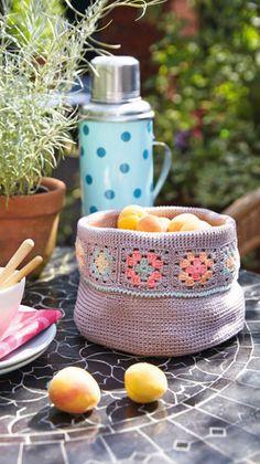 Her får du en hækleopskrift til en sød lille bomuldskurv. Brug den til brød eller frugt på sommerbordet. God fornøjelse.