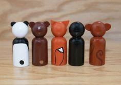 Cette liste est pour 5 poupées animaux piquet de bois (2,375 de haut). Il y a un panda bear, ours brun, fox, pingouin et le singe. Je serais ravi de faire une liste personnalisée, sil y a un animal que vous aimeriez que je fasse ce qui nest pas à part de cet ensemble. Les poupées sont peints à laide dacryIic peinture et puis recouvert dun vernis brillant pour protéger la finition. Les oreilles sont collées sur très bien, mais sont toujours délicates. Pas destiné aux enfants âgés de moins de…