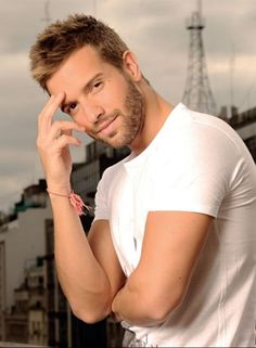 Pablo Alborán Carlo Rivera, Hispanic Men, Blonde Guys, Most Beautiful Man, Beautiful Saree, Hollywood Stars, Gq, Movie Stars, Sexy Men