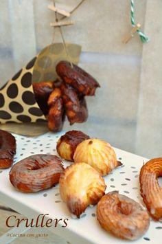 Como nos explican desde el blog COCINA CON GUSTO los crullers son unos bocados fritos de una masa parecida a la de los donuts y que llevan glaseado por encima.