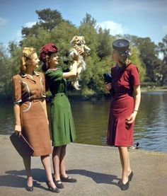Color Photos of British Women during World War II Models wearing Berketex utility fashions designed by Norman Hartnell, June 1943 1940s Fashion Women, Retro Fashion, Vintage Fashion, Womens Fashion, Vintage Style, 1940s Fashion Dresses, Norman Hartnell, Vintage Dresses, Vintage Outfits