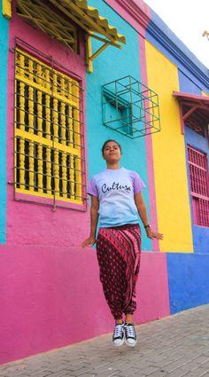 Como ella, tú también puedes expresarte con una palabra o frase que te identifique en una camiseta única. ¡Pide la tuya!  Outfit por @kikamaga_ #Vístetecomoquieras 📷 @HedoSalcedo  #Barranquilla #Colombia #tiedye #colores #mujer #cultura #carnaval #carnavaldeBarranquilla #carnaval #carnaval2018 #carrera50 #harepants