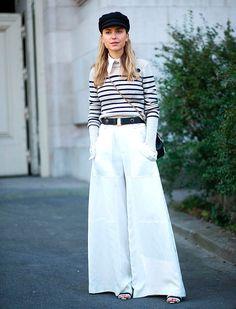 Look com calça pantalona + camisa sob tricot listrado.