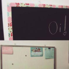 Bom dia, amores! Tem post novo no blog sobre a transformação desse quadro de recados! Corre lá, gabidessuyatelie.com! #gabidessuyatelie #feitopormim #craftdecor #craft #handmade #decorarmaispormenos #quadronegro #chalkboard #reaproveitamento