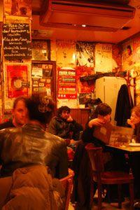 L'Attirail 9 rue au Maire 75003 Paris Quartier : République - Gares de l'Est et du Nord / Situé dans le troisième quartier chinois de Paris (le moins connu, après la Porte de Choisy et Belleville), vers Arts et Métiers, l'Attirail est un bar parisien irrésistiblement rustique proposant des concerts de jazz manouche adaptés à l'ambiance « vintage » du troquet.