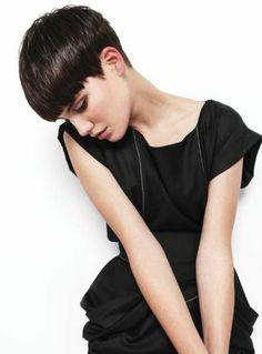 recogido pelo corto mujer bella pelo castaño corte masculino vestido negro