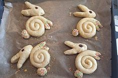 Süße Hefe-Hasen Sweet yeast bunnies, a good recipe in the category of cakes. Desserts Français, Desserts Ostern, Dessert Recipes, Easter Dinner, Easter Brunch, Marshmallow Peeps, Easter Recipes, Creative Food, Easter Crafts