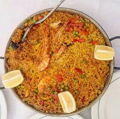 PAELLA DE MARISCO (Seafood Paella) .  Kuliner kondangkhas Spanyol ini berawal di daerah Valencia, dan dibawa oleh orang Moor asal Maroko, yang membawa dan bercocok tanam padi pada abad ke-10.  Sesuai namanya, unsur dominan paella ini adalah seafood seperti udang, cumi, dan kerang. .  Paella (baca: paeyya) adalah hidangan dengan bahan utama beras (yang otentik menggunakan beras Valencia / arroz de calasparra), yang dimasak dalam minyak zaitun dan kaldu seafood (dari kepala udang, kulit…
