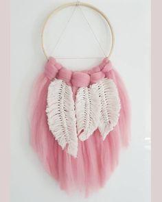 #dreamcatcher#macrame#feathers#macramefeathers#łapaczsnów#lapaczsnow#wallhanging#handmade#makersmovement#nurserydecor#nursery#babygirl#babyshower#thinkpink#