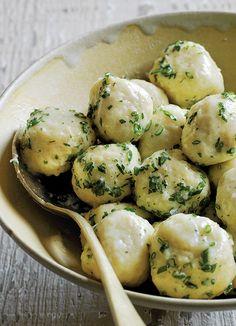 Potato Dumplings with Parsley & Chives … Kartoffelknödel mit Petersilie & Schnittlauch Mehr Side Dish Recipes, Veggie Recipes, Vegetarian Recipes, Cooking Recipes, Potato Recipes, Potato Dishes, Food Dishes, Main Dishes, Side Dishes