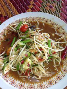 Thai food: Papaya Salad with Salted Crab and Marinated Fish Thai Recipes, Asian Recipes, Healthy Recipes, Thai Food Menu, Thai Takeaway, My Favorite Food, Favorite Recipes, Malay Food, Tasty Thai