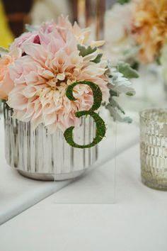 Numeros sobre base transparente con musgo - 25 ideas de numeros para mesas de bodas!
