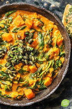 Recept voor Indische dahl met zoete aardappel / gezond / healthy / veggie / vegetarisch / rode splitlinzen / linzen / koriander / indiaas / naanbrood / naan / gember / kokosmelk / pompoenpitten / limoen / spinazie / groenten / vegetables / curry #hellofresh #maaltijdbox #recept #recepten #avondmaal #lekker #tasty #best #recipe #dahl #sweetpotato #indian #veggie #vegetarisch #linzen #groenten #curry #lentils Vegan Dinner Recipes, Good Healthy Recipes, Veggie Recipes, Healthy Cooking, Indian Food Recipes, Vegetarian Recipes, Low Carb Brasil, Happy Foods, Vegan Dishes
