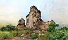 It is an antediluvian holy site located approx. 1.5 Km offside 15km Raiwind road, Lahore. The village name is <b>Manak</b> and it is reported in literature that the founder of Sikh religion Guru Nanak stayed there for a While. It used to have a Big bathing pound. And there used to be big festival around it till Partition. It was a complete figure till '47... Got derelict only after that. A poor family is using it as their house these days, oblivious to the fact that it may suddenly collapse…