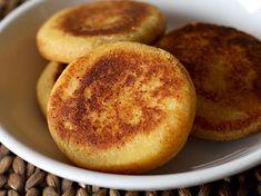 Arepa Boyacense - AntojandoAndo Colombian Cuisine, Colombian Recipes, Muffin Bread, Pozole, Empanadas, Canapes, Food And Drink, Appetizers, Favorite Recipes