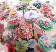 ARTE COM QUIANE - Paps,Moldes,E.V.A,Feltro,Costuras,Fofuchas 3D: Tenha uma linda semana! Flores de fuxico pra você