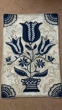 like the colors Rug Hooking Designs, Rug Hooking Patterns, Quilt Patterns, Hook Punch, Hand Hooked Rugs, Wool Art, Yarn Bombing, Penny Rugs, Star Rug
