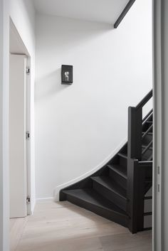 Plint langs trap Painted Staircases, Painted Stairs, Black Staircase, Staircase Design, Open Stairs, House Stairs, Open Trap, House Made, Dream Decor