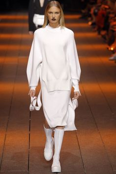 DKNY Spring Summer 2017 Ready-to-Wear collection - New York Fashion Week NYFW - Look Total white look with basic jersey side opened Romee Strijd Fashion Week, Fashion 2017, New York Fashion, Runway Fashion, Spring Fashion, Womens Fashion, Fashion Trends, Outfits In Weiss, Mode Outfits