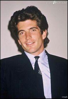 John F Kennedy Jr uffffffff uno de los hombres más guapos que a existido en este planeta! I ❤ him.