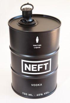 """Technique : Le format de Neft Vodka sous forme de baril de pétrole permet de ne pas se casser, ni se briser et refroidie plus vite. Le format de 700ml permet d'être transporté facilement. Le décor:Épuré, de couleur noire peu commune, pour rappeler le pétrole, on voit inscrit NEFT ainsi que """"liquide inflammable"""" pour renforcer l'image du bidon. Contenu :une vodka super-premium dans son baril unique. Communication:La marque joue sur la distinction et l'originalité pour se démarquer des autres."""