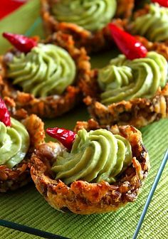Cosulete linte cu guacamole - detaliu Veggie Recipes, Healthy Recipes, Healthy Food, Guacamole, Food Festival, Party Snacks, Salmon Burgers, Tapas, Food And Drink