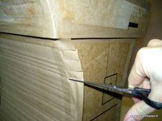 """Lorsque vous créez à partir de carton ondulé, que ce soit des petits objets, ou des meubles en carton, il y a un moment où vous devez """"krafter"""" votre construction. Krafter ? Qu'est ce que ça signifie ? Krafter, c'est recouvrir toutes les arêtes et angles de votre construction d'un ruban de kraft gommé. Voyons ensemble les bases du kraftage sur un objet simple, la technique sera toujours la même, même pour un très grand meuble en carton !"""