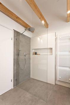 Bodengleiche Dusche in Betonoptik: rustikale Badezimmer von Banovo GmbH