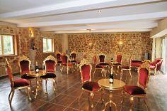 Salle de réception, décoration baroque. Rouge et or. http://www.deco-prive.com/ #decoprive