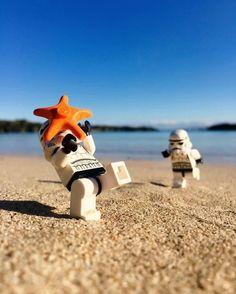 LEGO Stormtroopers on the beach Lego Star Wars, Star Wars Art, Lego Stormtrooper, Lego Batman, Starwars Lego, Legos, Lego Poster, Lego Humor, Aniversario Star Wars