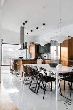 Tämä vuonna 2011 valmistunut upea kivitalo edustaa mitä hienointa arkkitehtuuria, jossa pienimmätkin yksityiskohdat ovat tarkkaan harkittuja. Olohuoneen huikea huonekorkeus ja suuret liukuovi-ikkunat luovat entisestään tilantuntua avaraan olohuoneeseen. Laadukkaassa avokeittiössä Scavolinin kaapistot ja Gaggenaun kodinkoneet. Avokeittiö-olohuone tilan ehdoton katseen vangitsija on design klassikko Gyrofocus tulisija, joka on valittu vuonna 2009 maailman kauneimmaksi esineeksi…