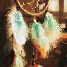 Pour le Grand Esprit, il est aussi important de satisfaire les besoins de l'âme que les besoins du corps. En libérant notre âme en rêve, nous assurons notre équilibre. En étant attentifs à nos rêves et en comprenant les symboles qui s'y trouvent, nous comprenons les besoins de notre âme. #attrapereve #reve #spirituality