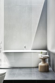 Image 9 of 36 from gallery of Malvern House / Canny Design. Photograph by Shannon McGrath Open Bathroom, Bathroom Toilets, Bathroom Interior, Master Bathroom, Warm Bathroom, Light Bathroom, Bad Inspiration, Bathroom Inspiration, Bathroom Ideas