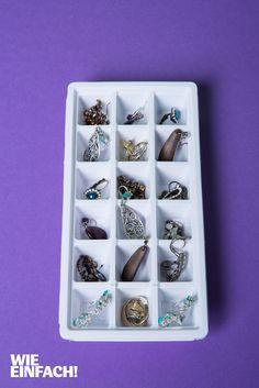 Um nicht den Überblick bei Ohrringen und anderen Schmuckstücken zu verlieren, eignet sich eine Eiswürfelform als alternatives Schmuckkästchen. Foto: Torsten Kollmer