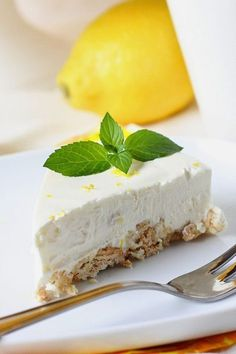 Lemon cheesecake (similar preparation key lime cheesecake) Cheesecake Recipes, Dessert Recipes, Desserts, Lime Cheesecake, Raw Cake, Sweet Pastries, Sweet Cakes, Yummy Cakes, No Bake Cake