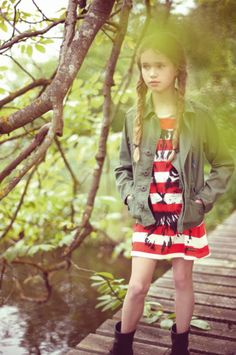 Estampados de animales todavía hacer una aparición como la tendencia no va a morir para la primavera de moda infantil de 2014 a dedo en la nariz
