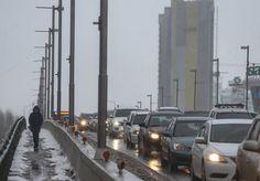 Astana'da Soğuk Hava Etkili Oluyor  Kazakistan'ın başkenti Astana'da etkili olan soğuk hava hayatı olumsuz etkiledi. Başkent'in işlek güzergahlarında yayalar dondurucu soğukta zorlu anlar yaşadı.