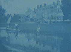 Marquis de ROSTAING  Personnages et calèche devant un château, c. 1854 Cyanotype, signé à l'encre sur l'image 19 x 25,7 cm